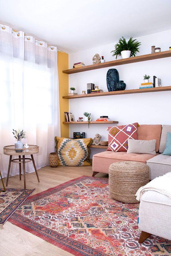 Salón con alfombra de estilo étnico