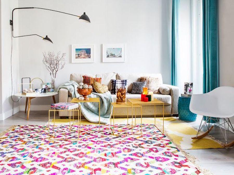 Salón con alfombras de colores