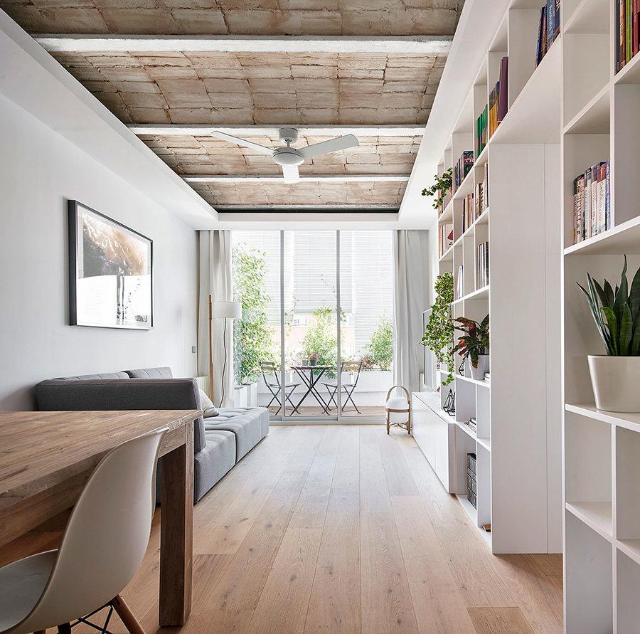 Salón con bovedilla vista y suelo de madera