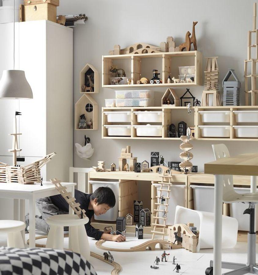 Salón con cajas de plástico y estructuras de madera