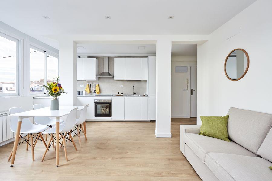 Salón con cocina abierta en un solo espacio