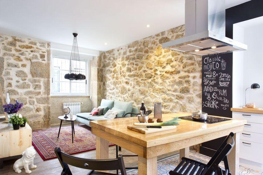 Salón con cocina integrada e isla