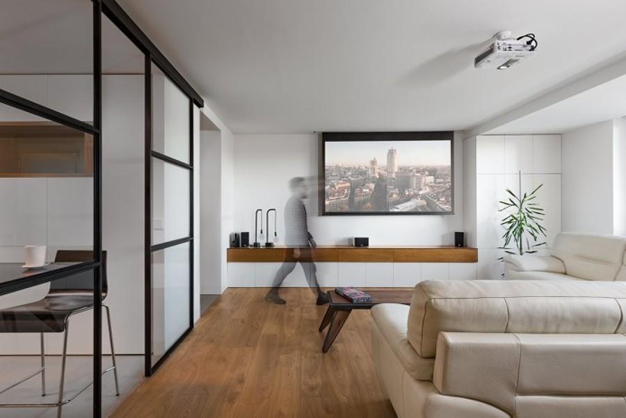 Salón con cocina separada por vidrio