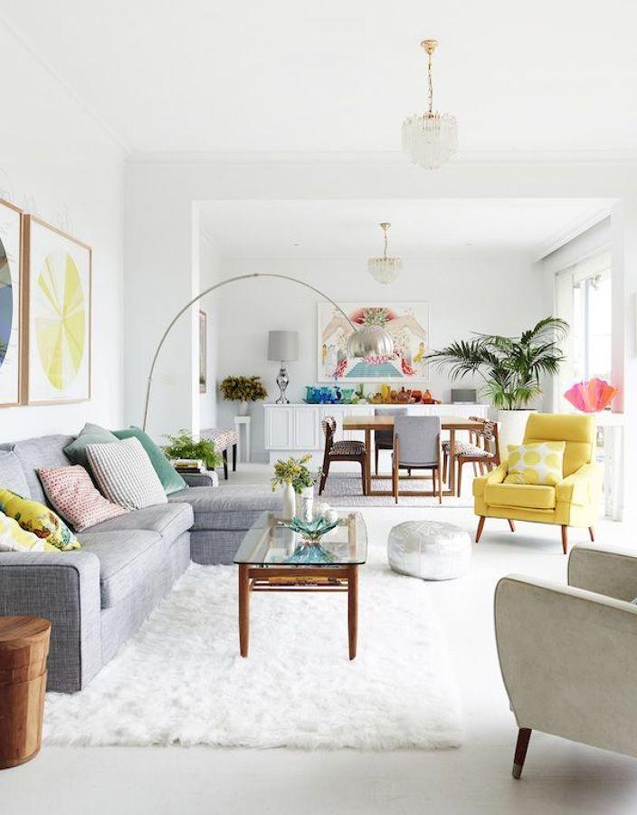 Salón con color y sofá chaise longue