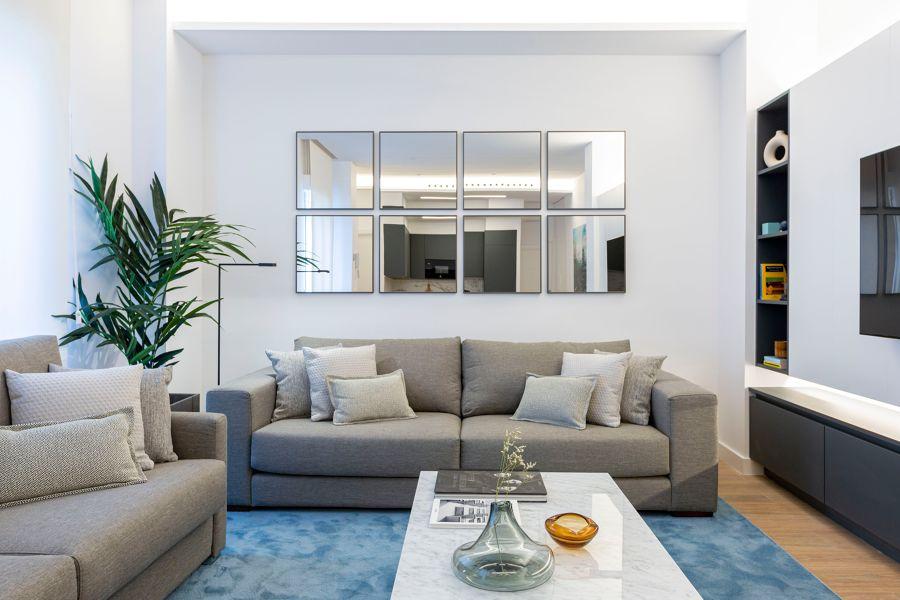 Salón con composición simétrica de espejos