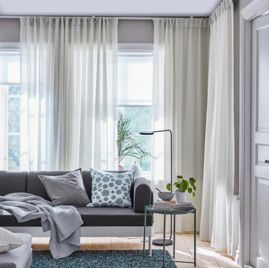 Salón con cortinas blancas de IKEA