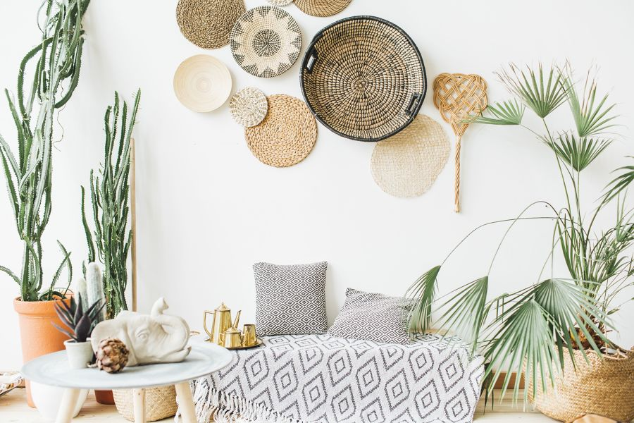 salón con decoración a base de fibras naturales y plantas