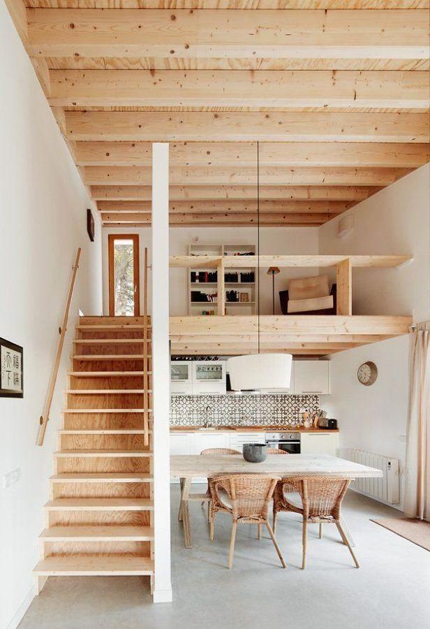 Salón con dos alturas con suelos de cemento
