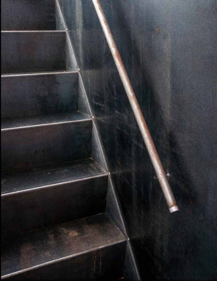 Salón con escalera metálica