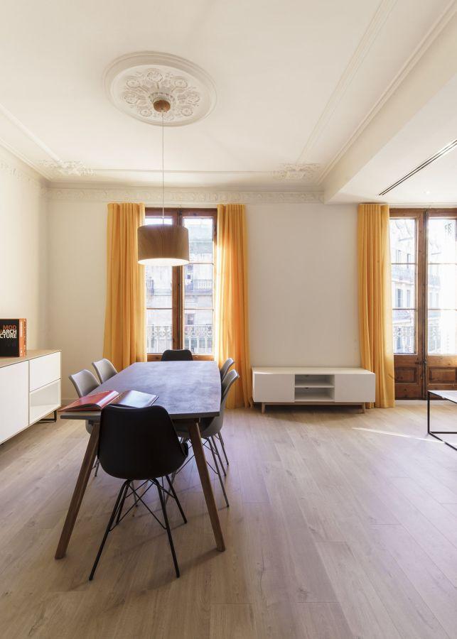 Salón con escayola y rosetones recuperados en el techo