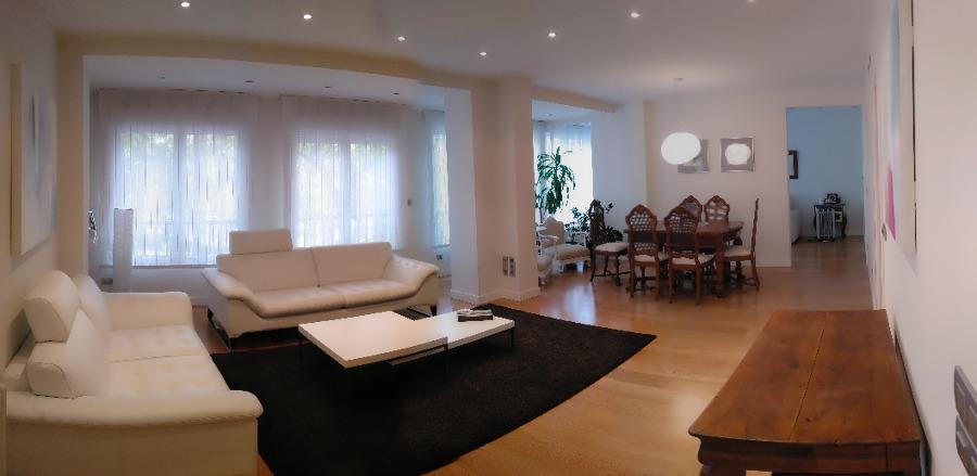 Salón con espacio abierto a la sala de estar