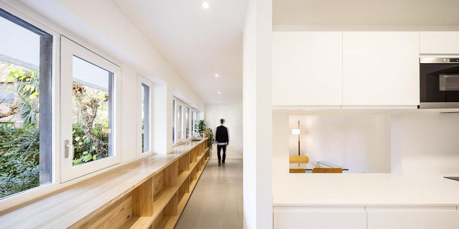 salón con estantería de madera
