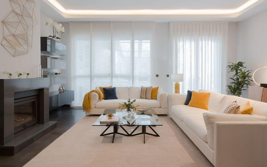 salón con estores y cortinas