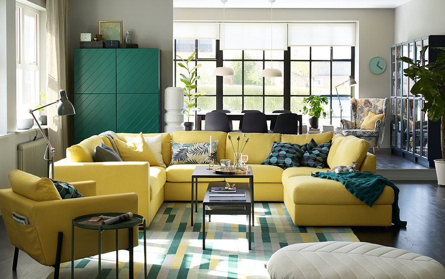 Salón con gran sofá en esquina de IKEA