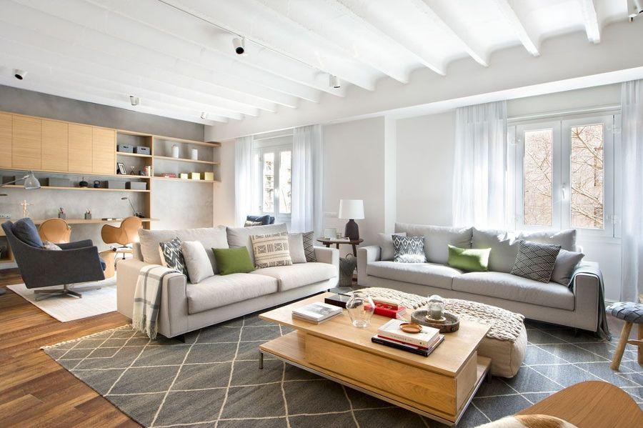 Salón con grandes sofás y alfombra