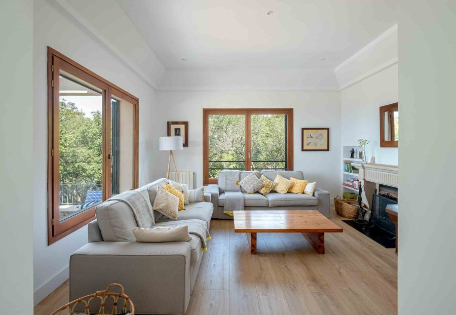 Salón con grandes ventanales con doble acristalamiento