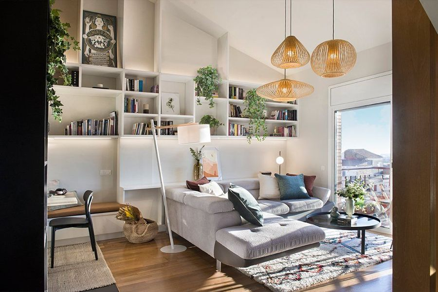 Salón con lámparas de techo