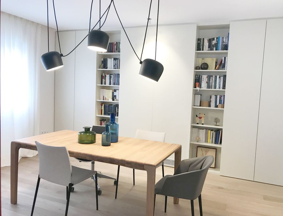 salón con librería con puertas correderas