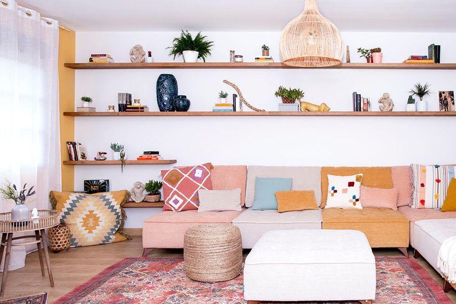 Salón con librería de madera.