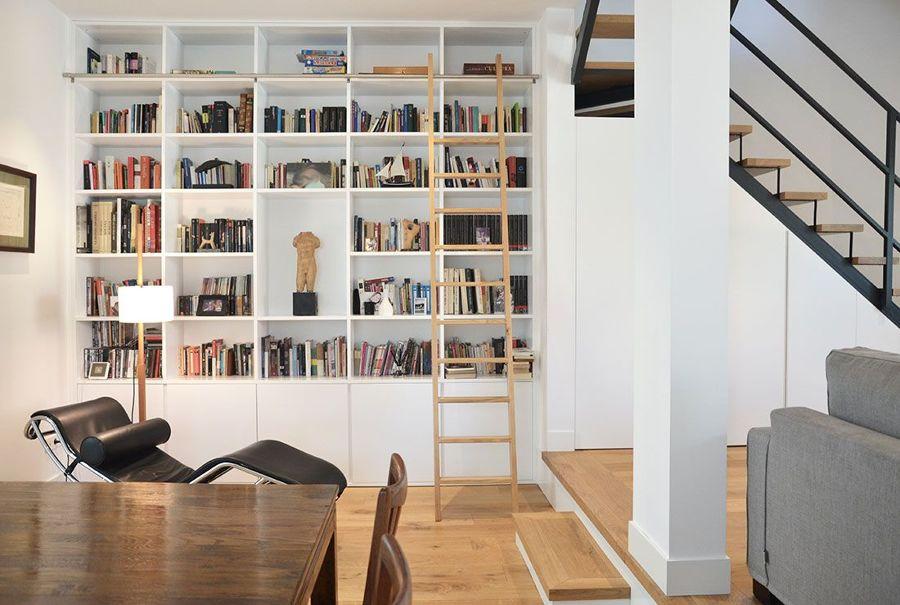 Salón con librería de madera a medida