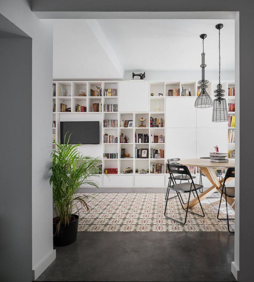 Salón con librería de madera de DM a medida.