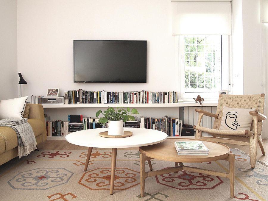 Salón con librería debajo del televisor