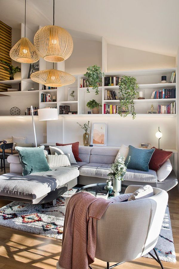 Salón con librería y gran sofá