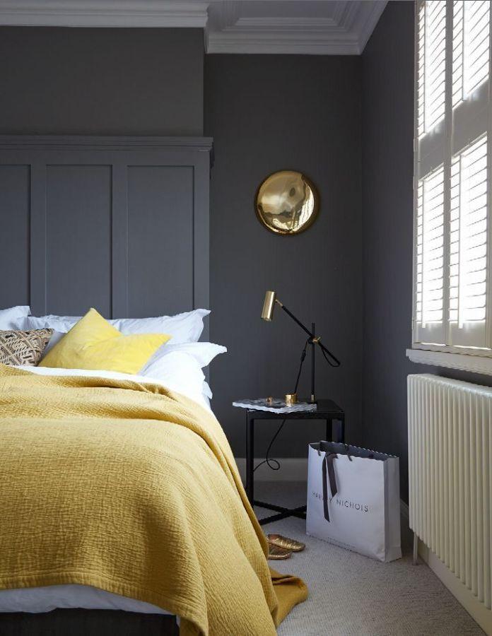 Salón con luminarias y detalles dorados