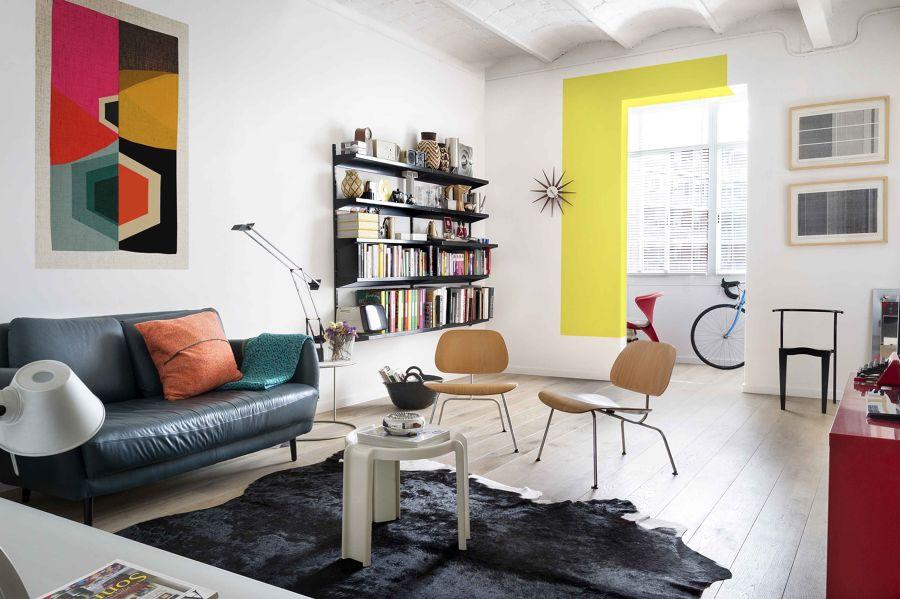 Salón con marco de la puerta de color amarillo