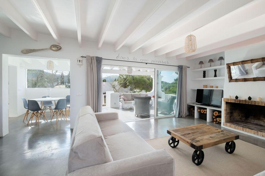 Salón con mesa de centro diy de madera con ruedas metálicas