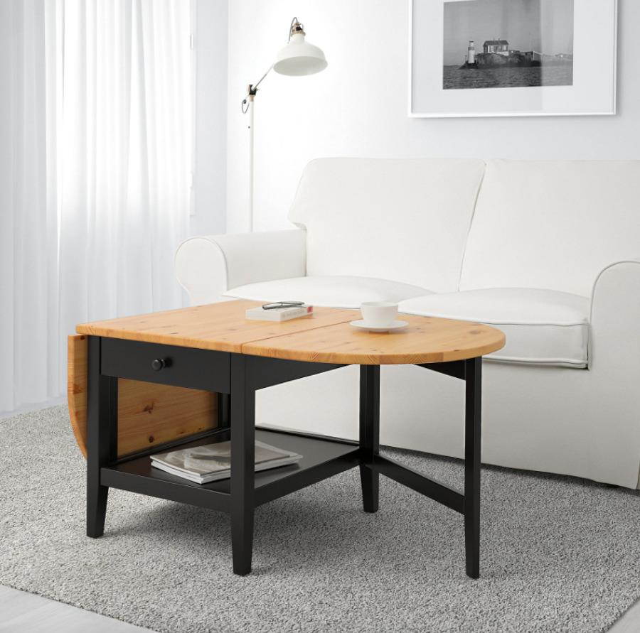 Salón con mesa de madera maciza de IKEA