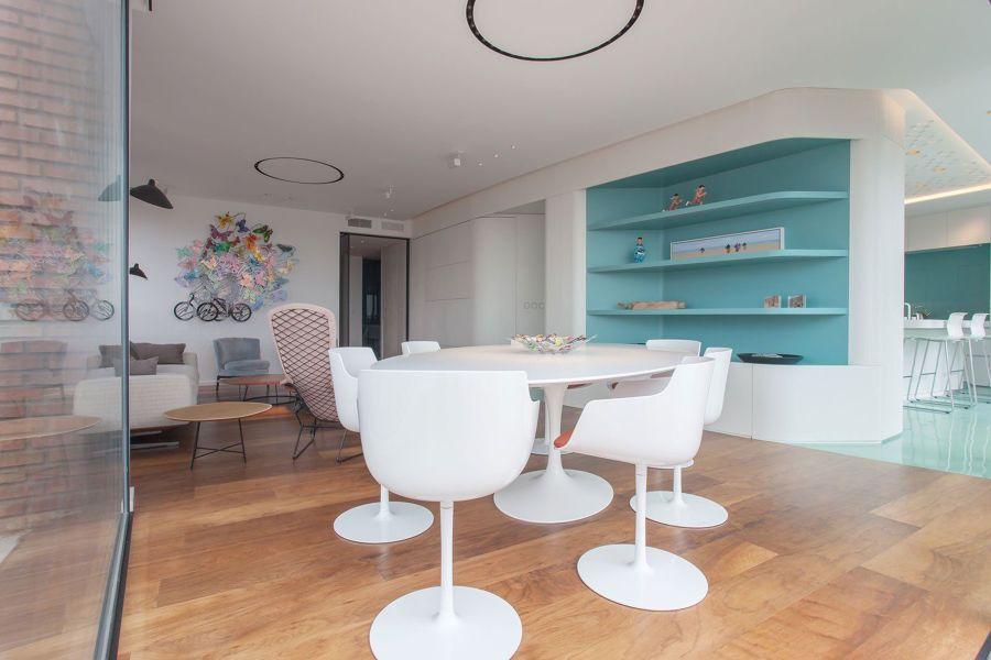 Salón con mobiliario a medida de formas curvas