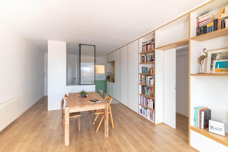 salón con mobiliario de madera a medida