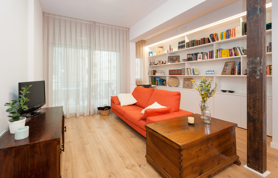 Salón con mueble de biblioteca hecho a medida