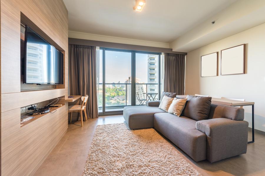 salón con mueble de TV integrado en la pared