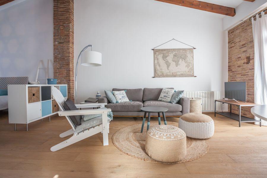 Salón con muebles antiguos pintados