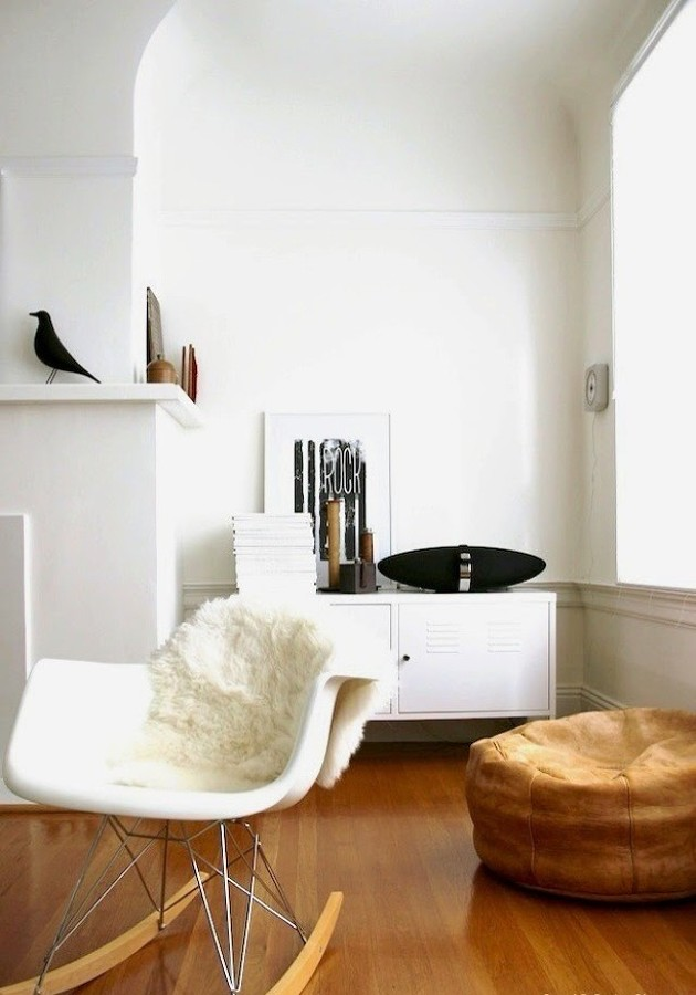 Salón con pared blanca