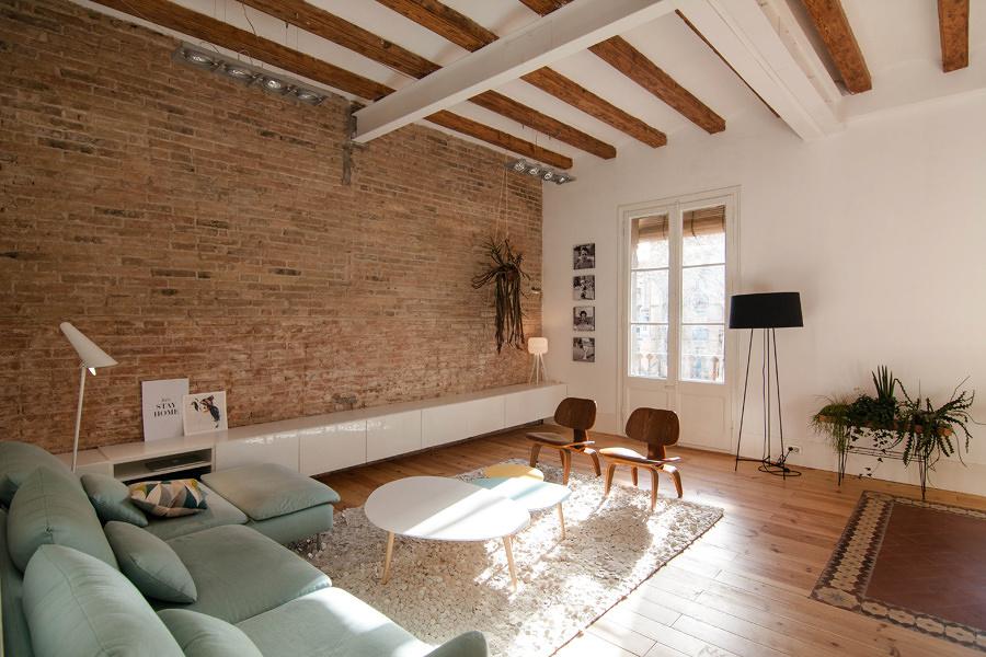 Salón con pared de ladrillo