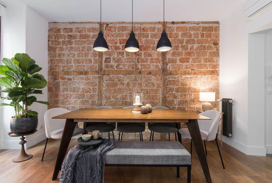 Salón con pared de ladrillo rústica
