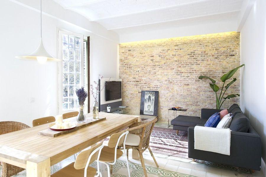 Salón con pared de ladrillo y suelo hidraúlico original