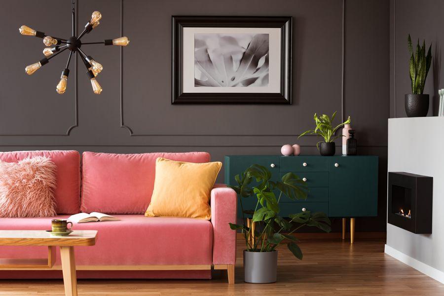 Salón con pared en gris y sofá en salmón