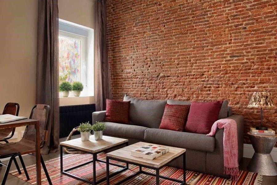 Salón con pared ladrillo visto