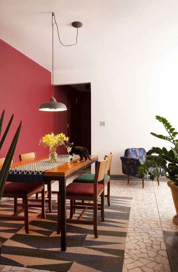 Salón con pared pintada de coral