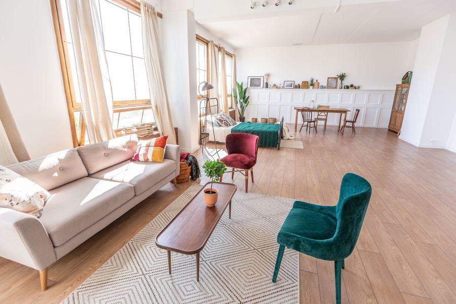 Salón con paredes blancas y friso de escayola