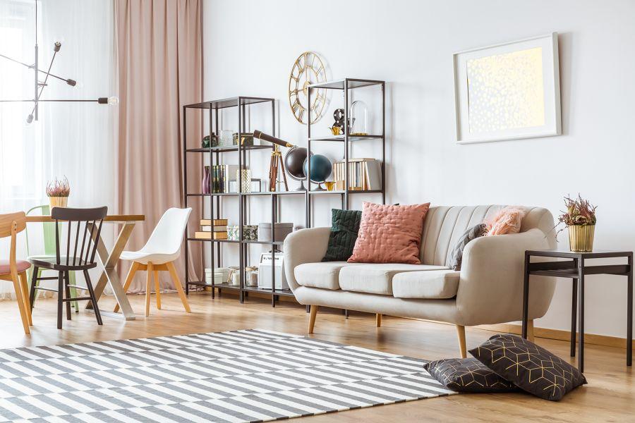 Salón con paredes blancas y suelo de madera