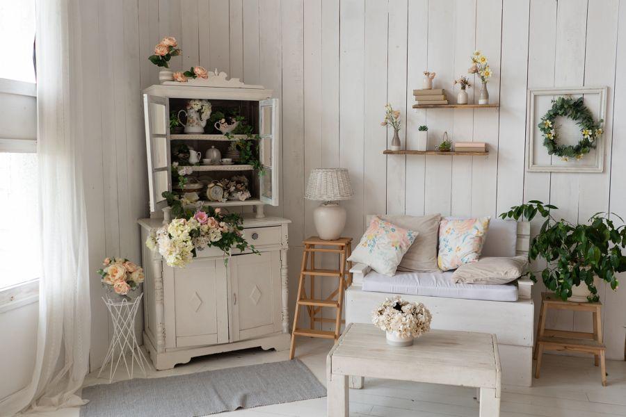 Salón con paredes forradas con madera