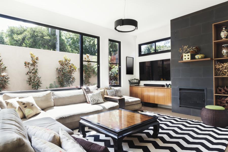 salón con patio interior