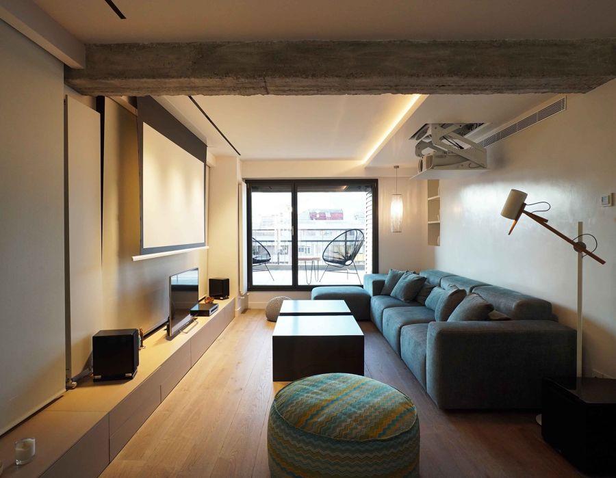 Salón con proyector y pantalla de cine en casa