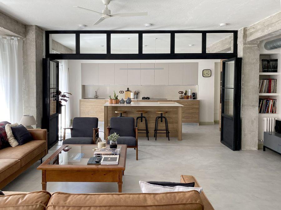 Salón con puertas abatibles a la cocina