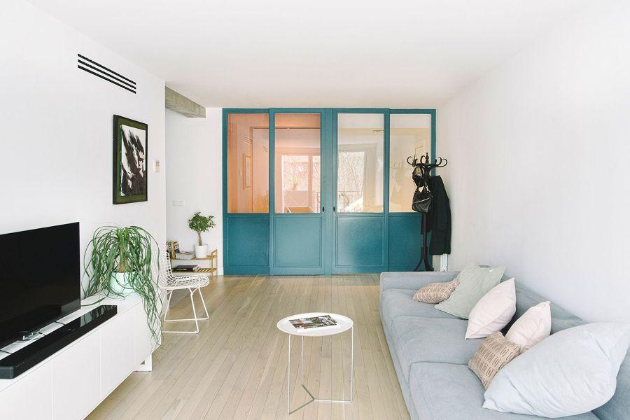 Salón con puertas pintadas de azul